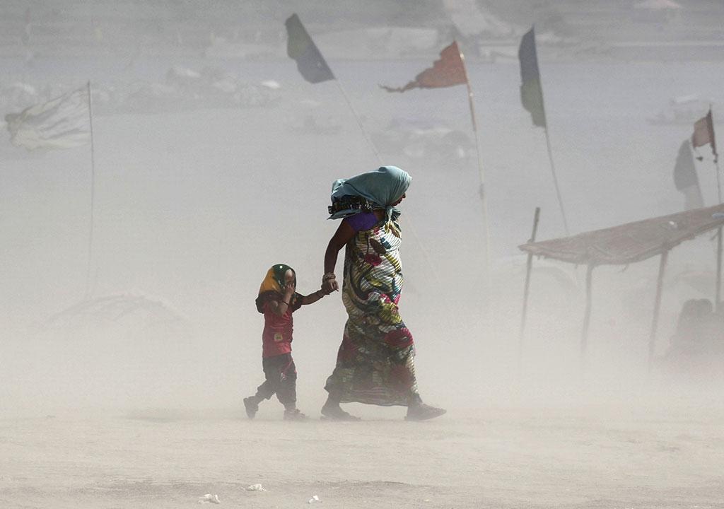 भारत में फैली गरीबी व जनसंख्या के बड़े हिस्से की आजीविका के लिए जलवायु संवेदनशील क्षेत्रों पर निर्भरता से यहां जलवायु परिवर्तन का जोखिम और  बढ़ जाएगा (स्रोत: रॉयटर्स)