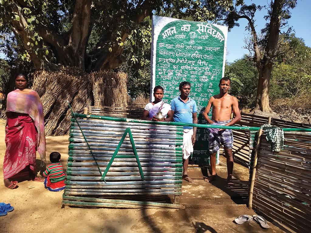 खूंटी जिले के कांकी गांव में मंगलवार को उत्सव का माहौल रहता है। इस दिन गांव के लोग मिलकर विकास और अन्य मुद्दों पर बातचीत करते हैं  (कुंदन पाण्डेय / सीएसई)
