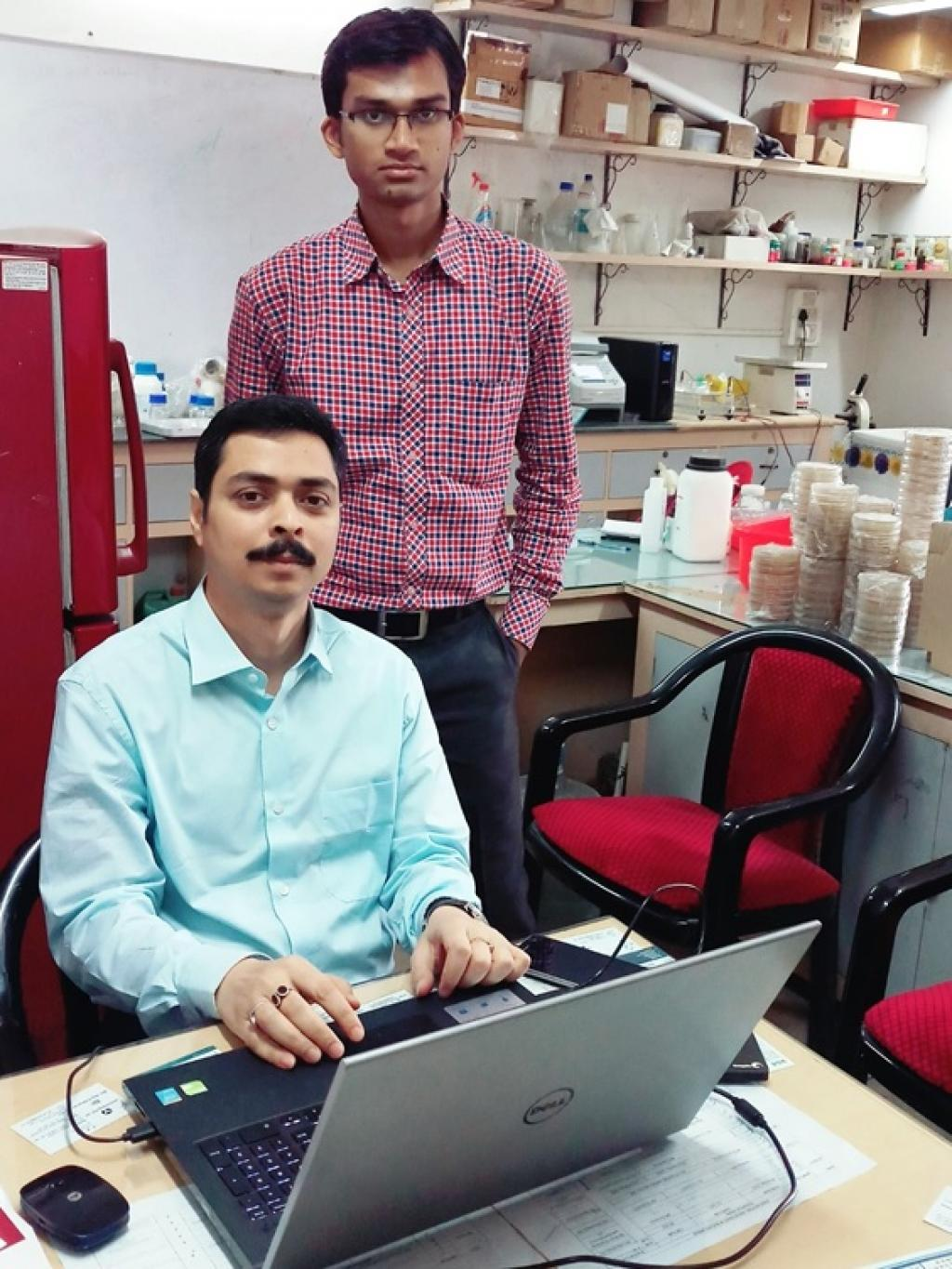 Dr Sanjoy Guha Roy (Sitting) and Tanmoy Dey in the research lab. Credit: India Science Wire