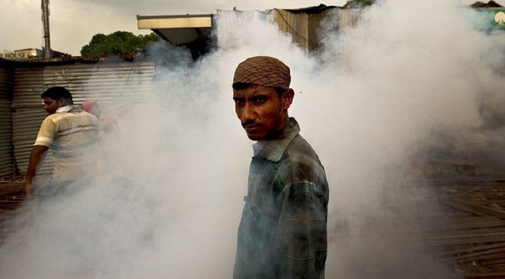At a construction site in New Delhi, workers are exposed to mosquito repellent. Manan Vatsyayana/AFP