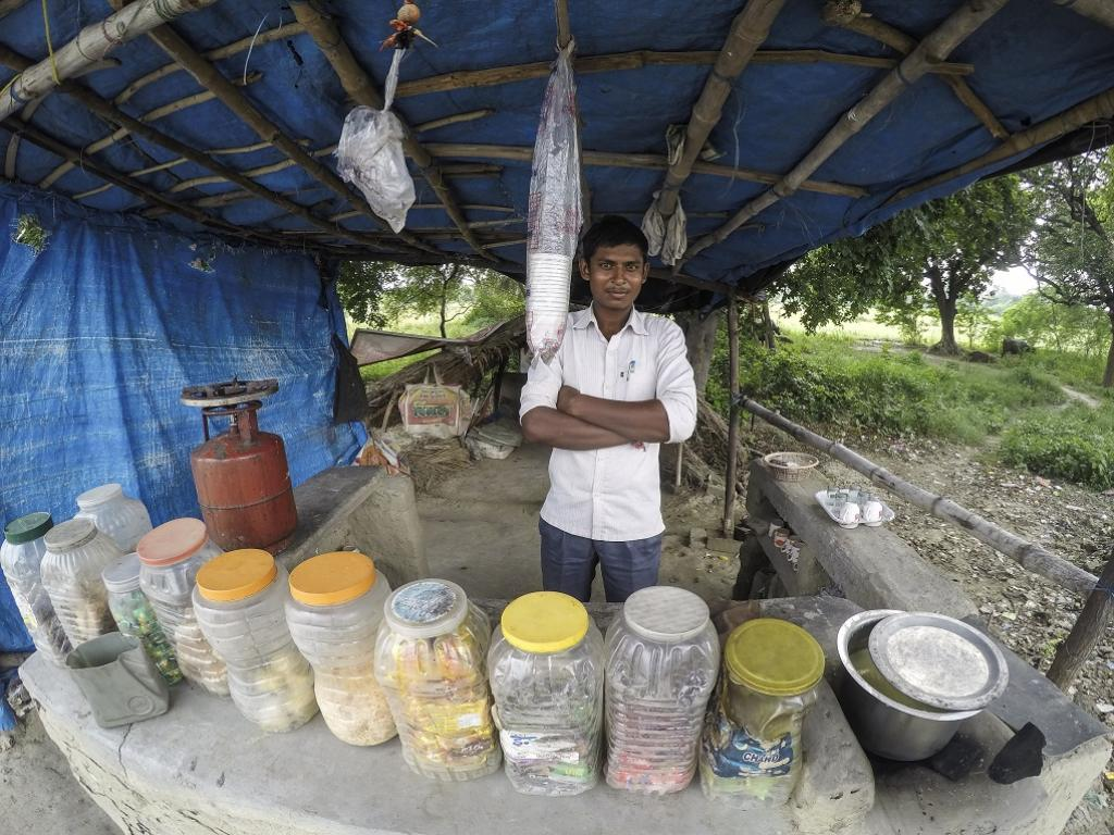 Small shack owners, often well intentioned, have ceramic cups as well as disposable ones. It is the consumer, through their choice, that makes plastic/styrofoam necessary. Credit: Siddharth Agarwal