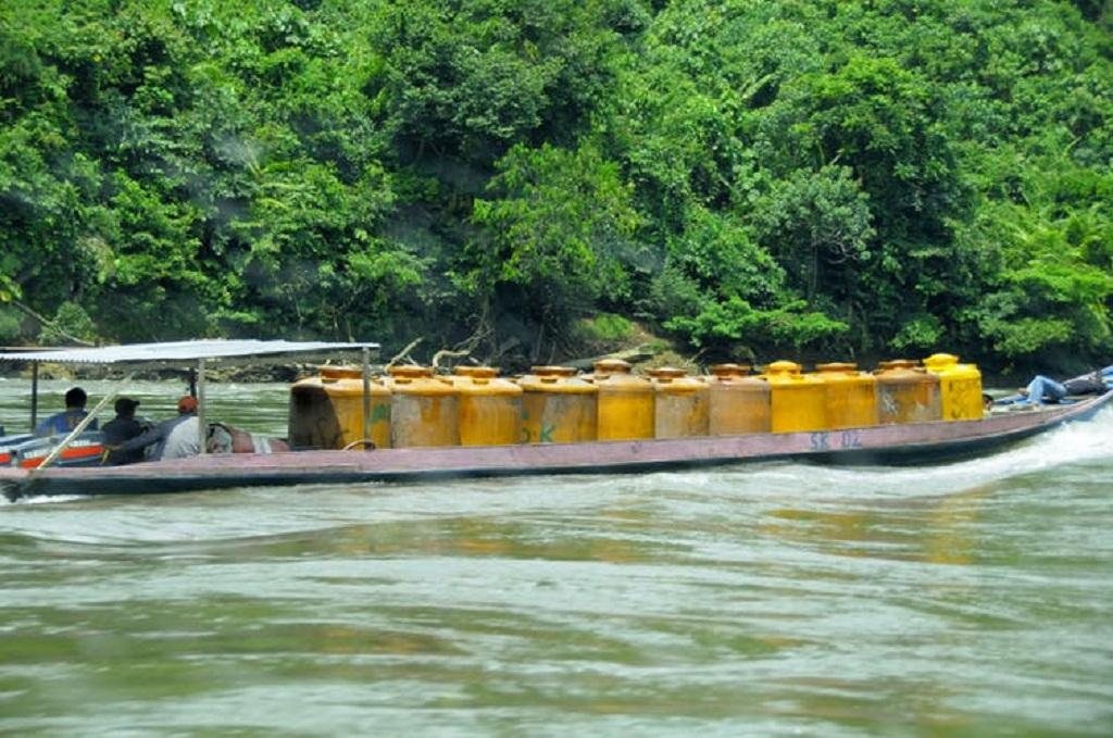 People transporting gasoline by boat in Indonesia's Kayan Mentarang National Park. ESCapade/Wikimedia Commons, CC BY-SA