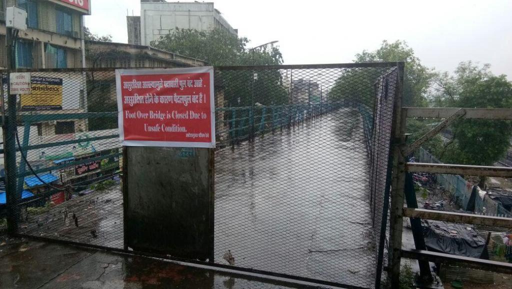 A bridge at Mumbai's Malad station shuts owing to water logging. Credit: David/Twitter