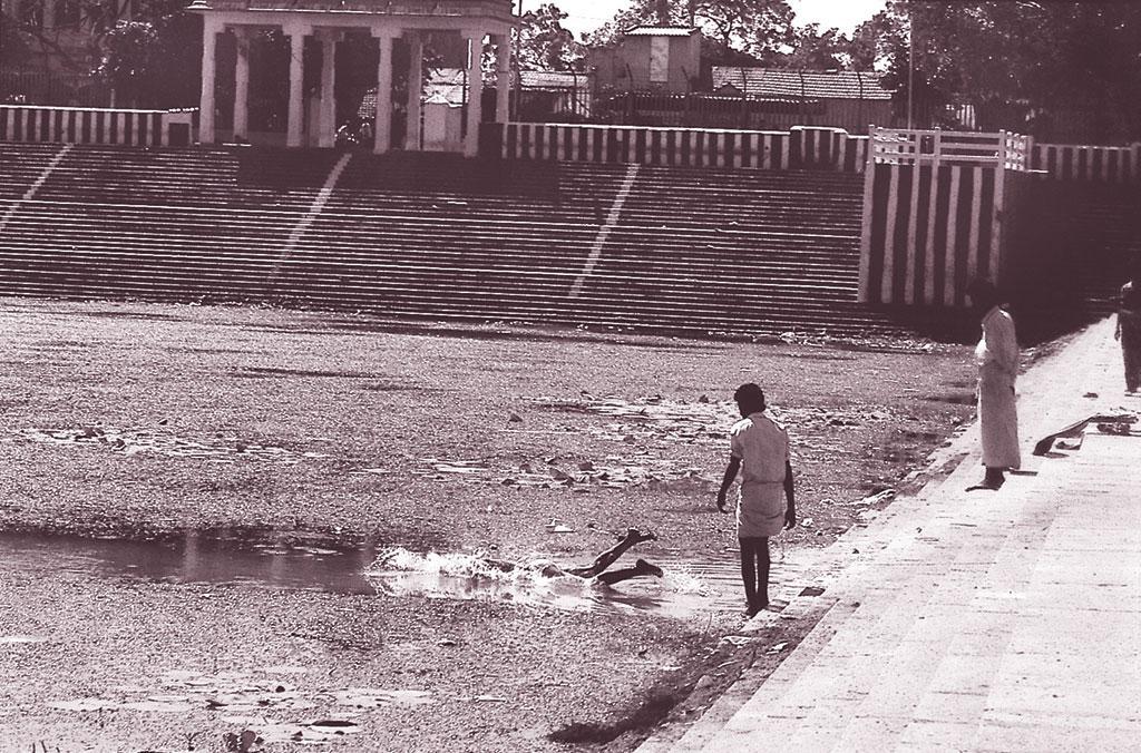 दक्षिण भारत में बस्तियां तालाबों के इर्द-गिर्द ही बसीं और तालाब उनके कामकाज के केंद्र में रहे। इनके पानी का उपयोग नहाने-धोने, पूजापाठ सबके लिए किया जाता था। अब आगोर क्षेत्र में भी बस्तियां बसने से घरों की सारी नालियां इन्हीं में आकर गिरती हैं