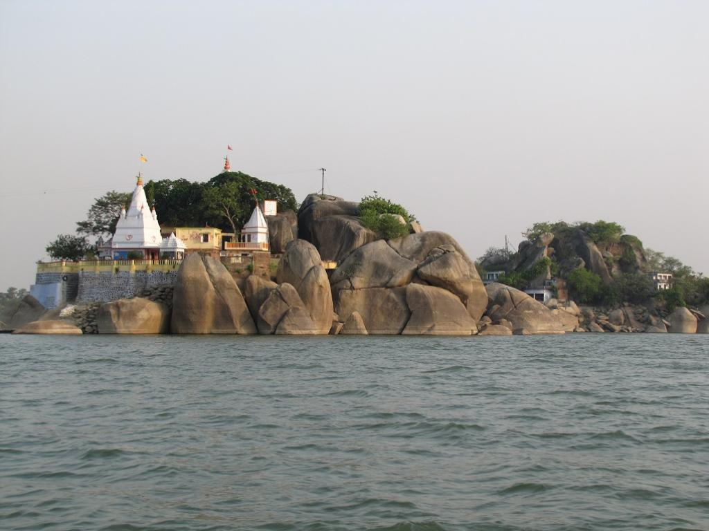 Granite outcrop in the main course of the Ganga within the sanctuary at Kahalgaon. Credit: Sunil Choudhary