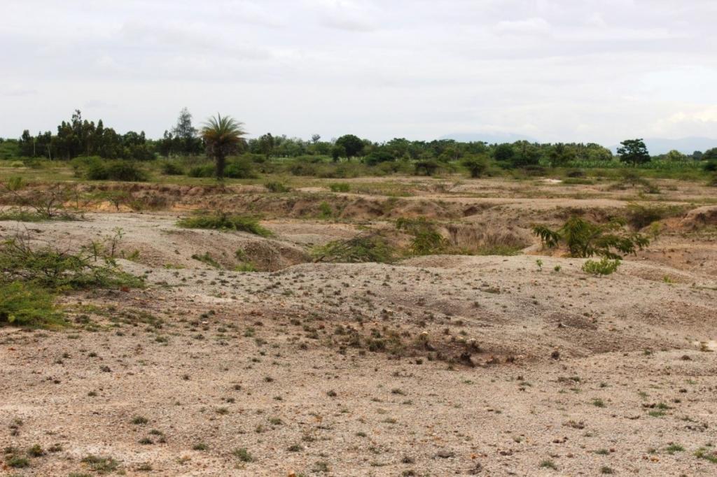 जल के कारण मिट्टी के कटाव से बना बंजर क्षेत्र