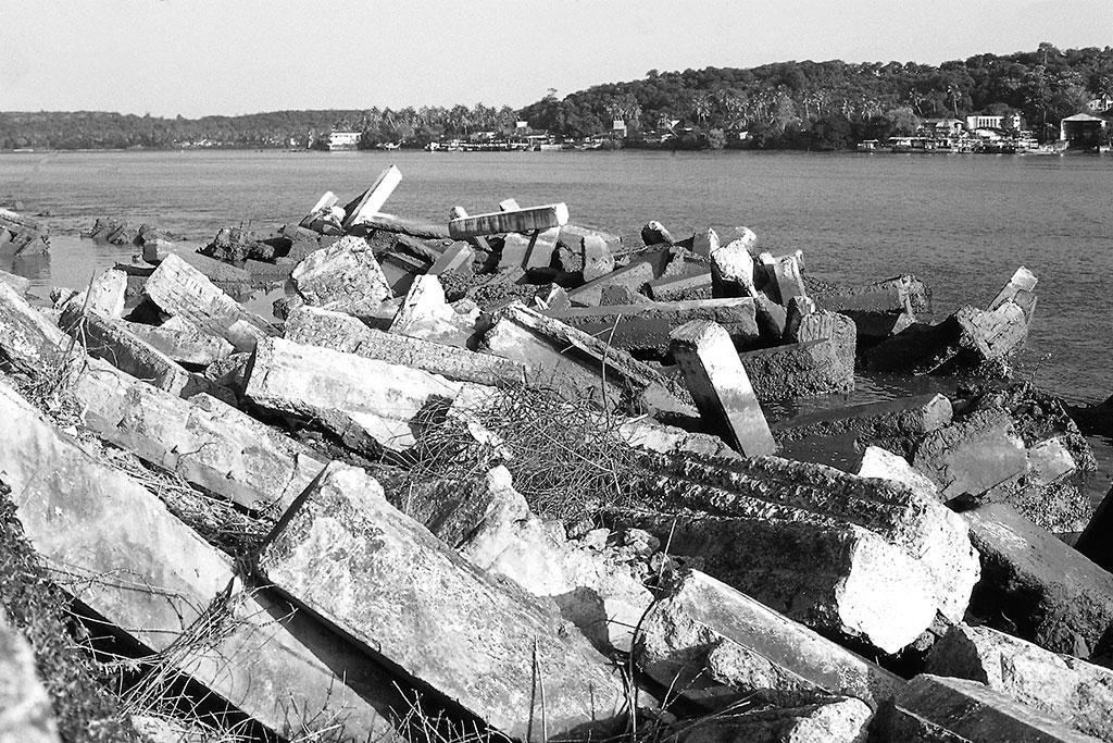 मांडोवी नदी में आज हर तरह का कचरा फेंका जाता है जिनमें काफी कुछ बहकर खजाना खेतों तक भी पहुंचता है।