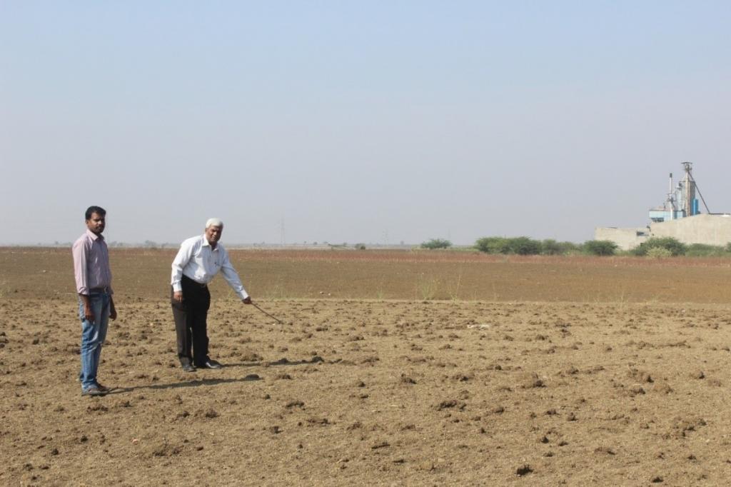 लवणता में बढ़ोत्तरी के कारण बने बंजर क्षेत्र का परीक्षण करते एस. धर्मराजन और के.एल.एन. शास्त्री
