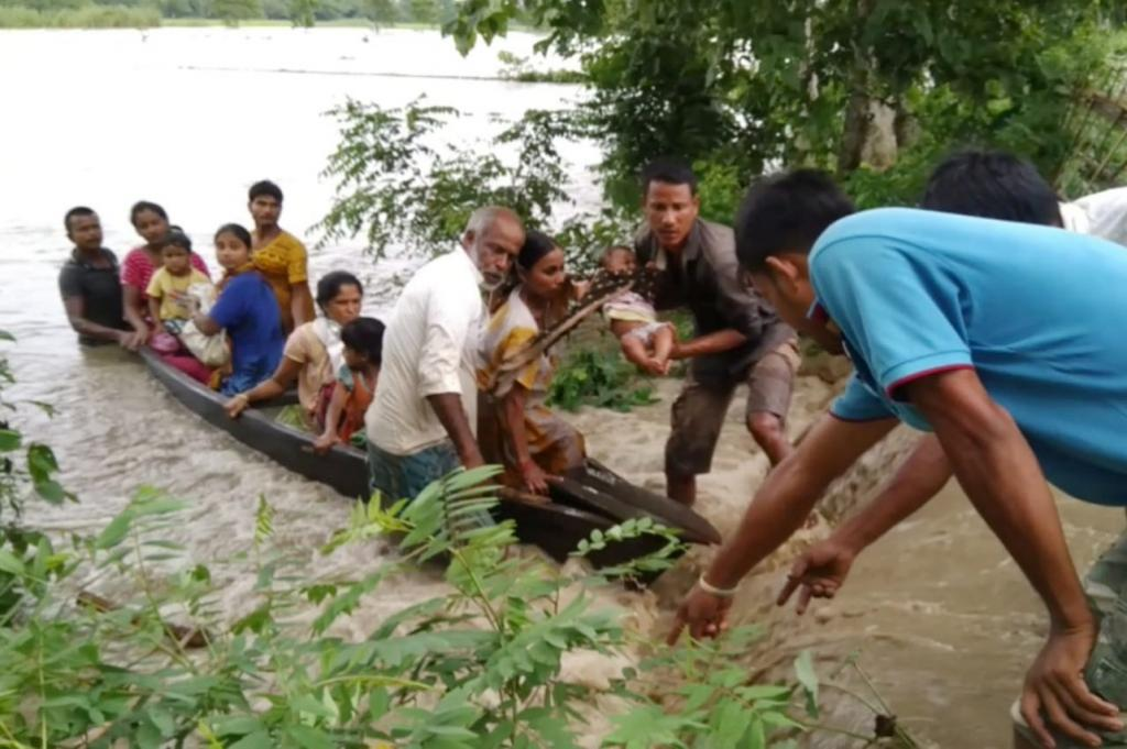Residents flee from the flooded Dhansiri river in Assam. Credit: Rubul Ahmed