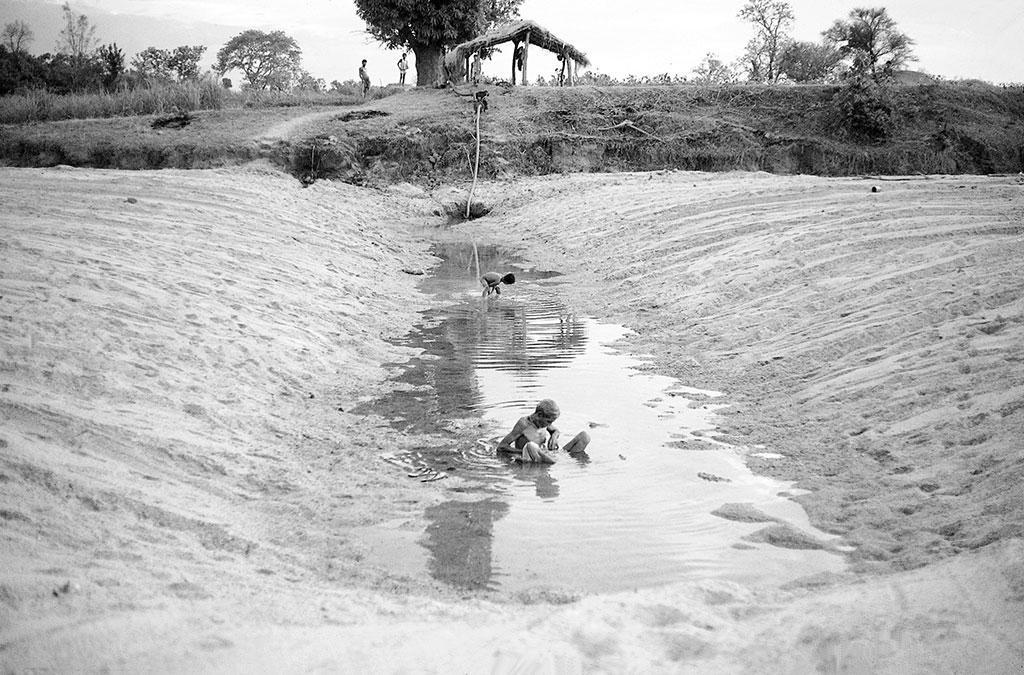 गोंड किसान नदी तल में छिछली नालियां खोदते हैं जिन्हें चाहल कहा जाता है (पुरुषोत्तम ठाकुर / सीएसई)