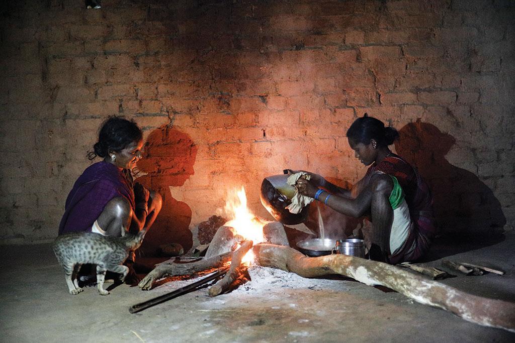 गांव में बैगा जनजाति की महिलाएं आज भी सिकिया से भात बनाती हैं