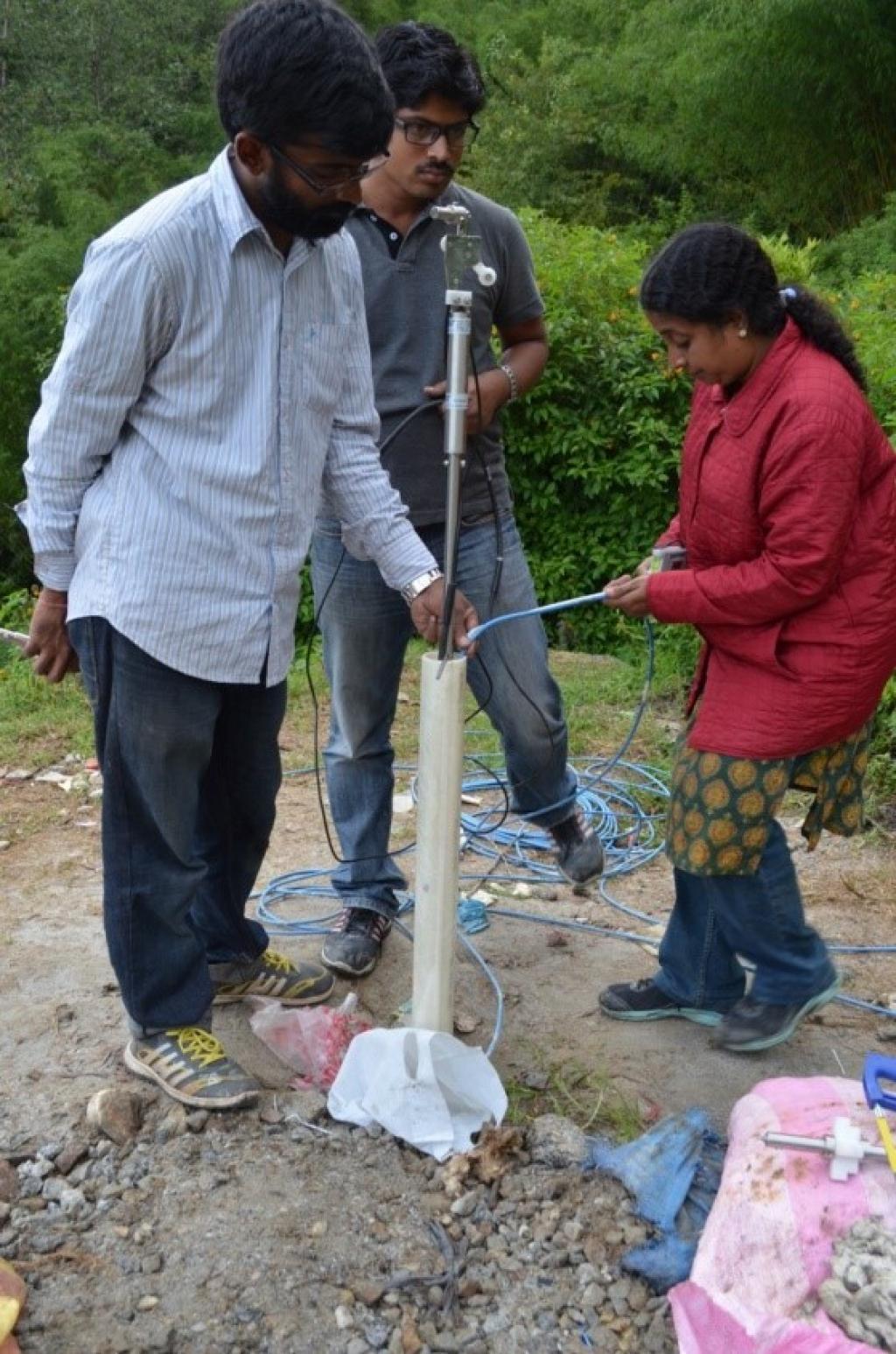 सिक्किम के चांदमरी गांव में पूर्व चेतावनी तंत्र स्थापित करते हुए शोधकर्ता