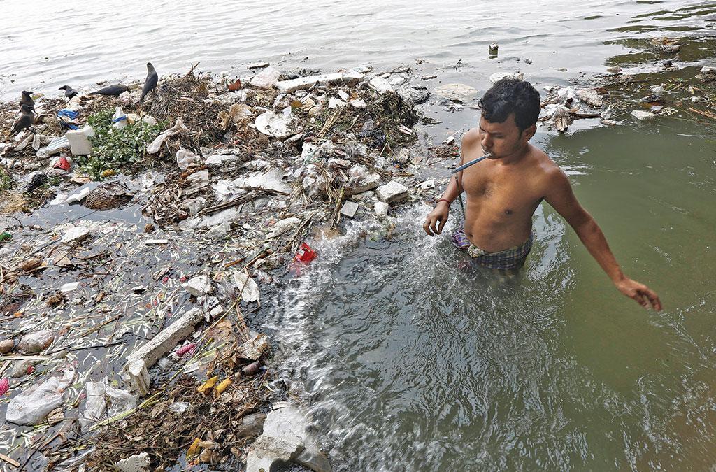 केंद्रीय प्रदूषण नियंत्रण बोर्ड के मानकों के अनुसार, गंगा किनारे बसे किसी भी महत्वपूर्ण शहर में नदी का पानी पीने योग्य नहीं है