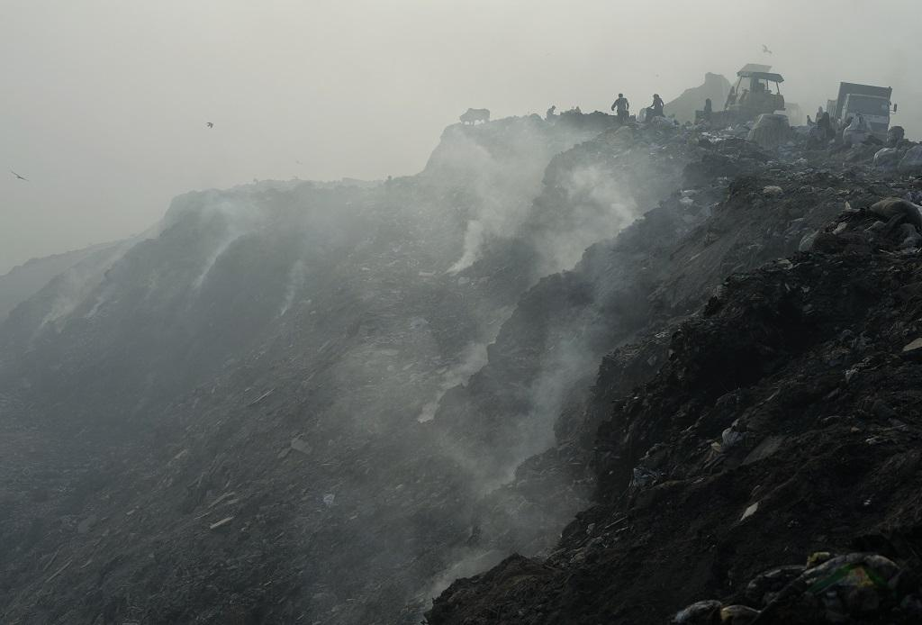 Smoke billows from the landfill, which generates highly combustible methane. Credit: Vikas Choudhary