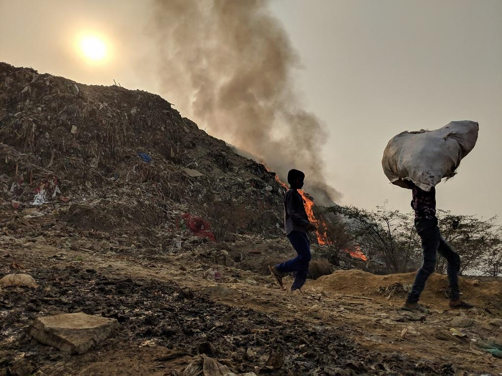 Delhi breathes 'very poor' air as Bhalswa landfill in New Delhi fire rages on. Credit: Vikas Choudhary