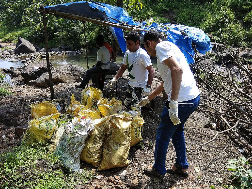 In a clean-up drive, volunteers collected 2,333 kg plastic and glass waste. Credit: Gajanan Khergamker