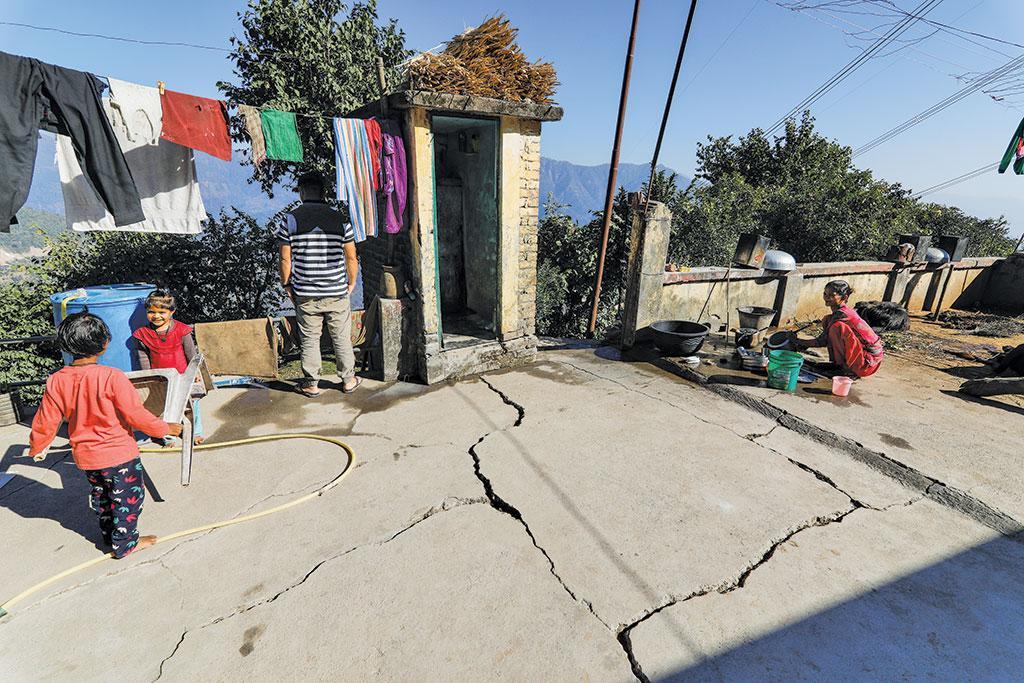 आगराखाल के अगार गांव में भूस्खलन के कारण दरका हुआ घर
