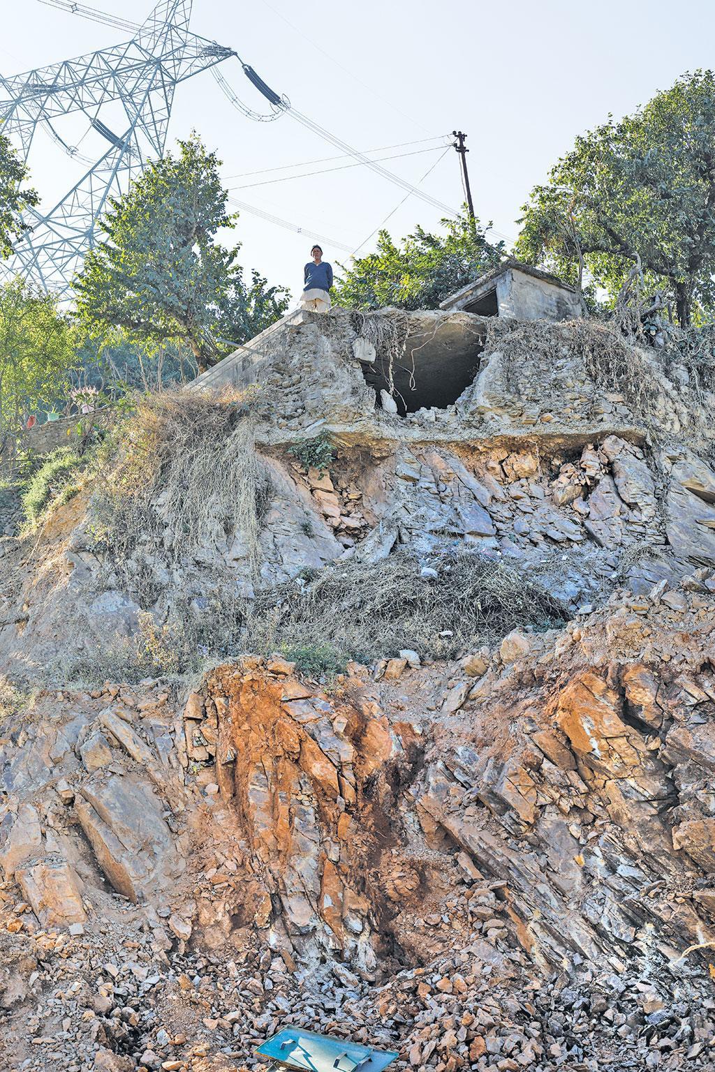 पहाड़ों को काटने की गतिविधियों ने ऊपरी गांवों और अन्य निर्माणों को बेहद खतरनाक स्थिति में पहुंचा दिया है। आगराखाल नगर में क्षेत्र के टेलिफोन एक्सचेंज हवा में लटक रहे हैं