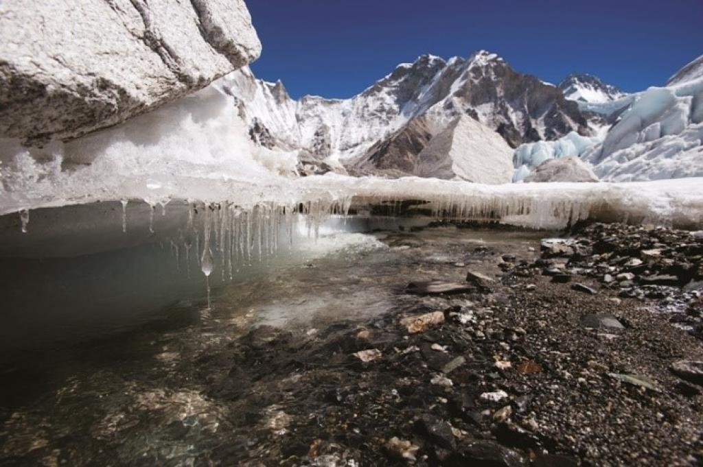 नेपाल के खुम्बू में पिघलते हुए ग्लेशियर (फोटो : एलेक्स ट्रीडवे, आईसीआईएमओडी)
