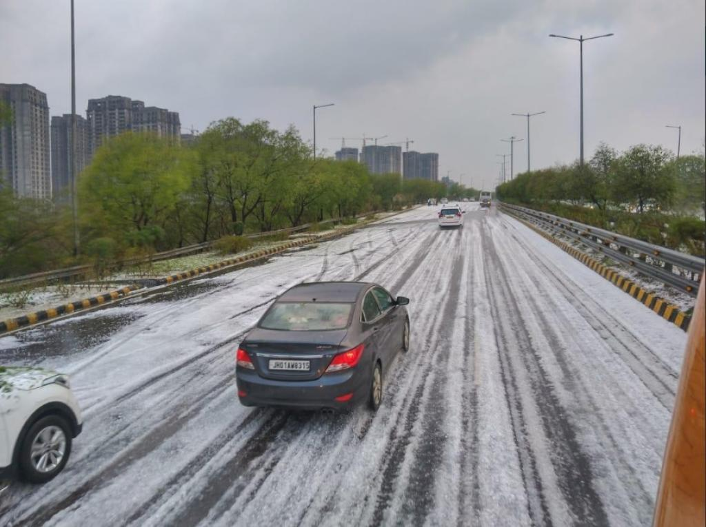 Noida looked snowed up after a hailstorm on February 7, 2019. Credit: Twitter/Thakur Utkarsh