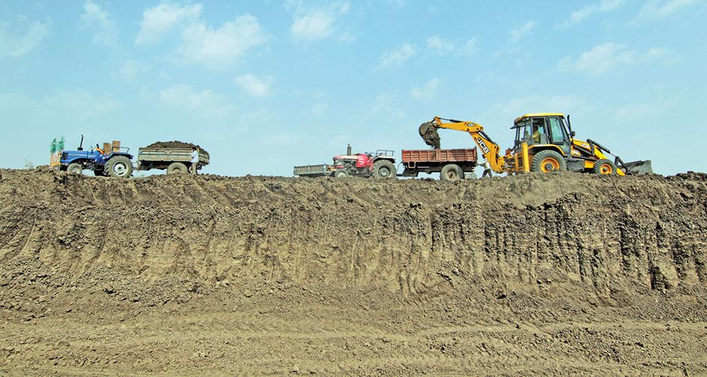 Manjira river in Beed district being desilted under the Jalyukt Shivar Abhiyan. While farmers are benefitting by carrying the fertile silt to their fields, experts say such large-scale dredging will affect local ecology of the river