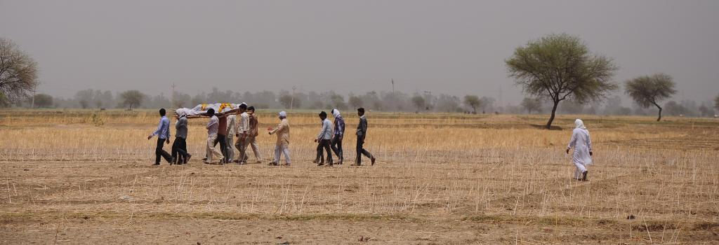 A farmer's body being taken for cremation. Photo: Sayantoni Pal Choudhuri/CSE