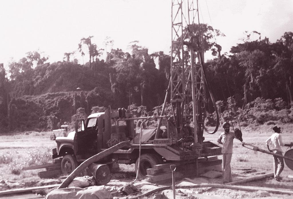 सरकार नई बस्तियों में नलकूप गाड़ रही है। 1980 के दशक के अंत में सरकार ने पारंपरिक जल संचय प्रणालियों को पुनर्जीवित करने के लिए भी कुछ कदम उठाए हैं