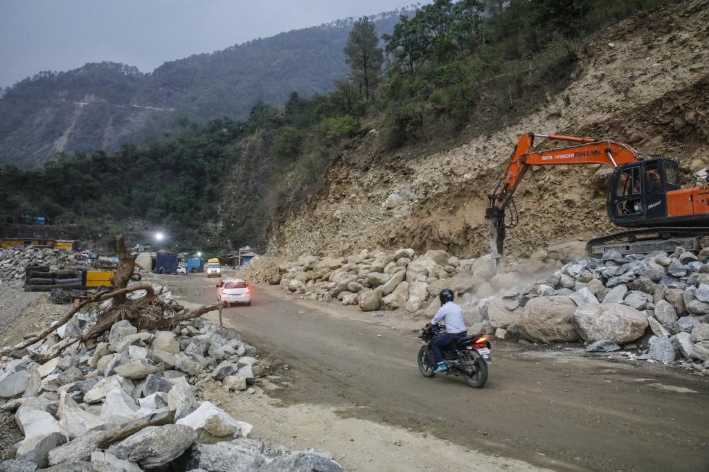 ऋषिकेश के पास मुनि की रेती में जारी सड़क निर्माण कार्य। Credit: Vikas choudhary