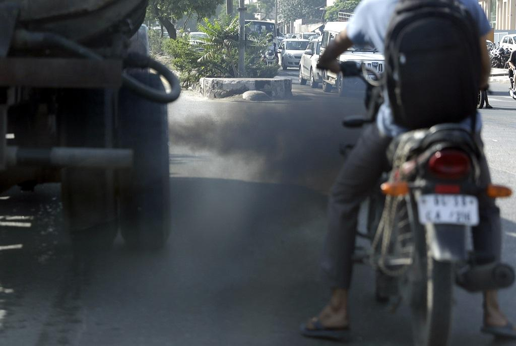 A truck spewing smoke in Delhi. Credit: Vikas Choudhary