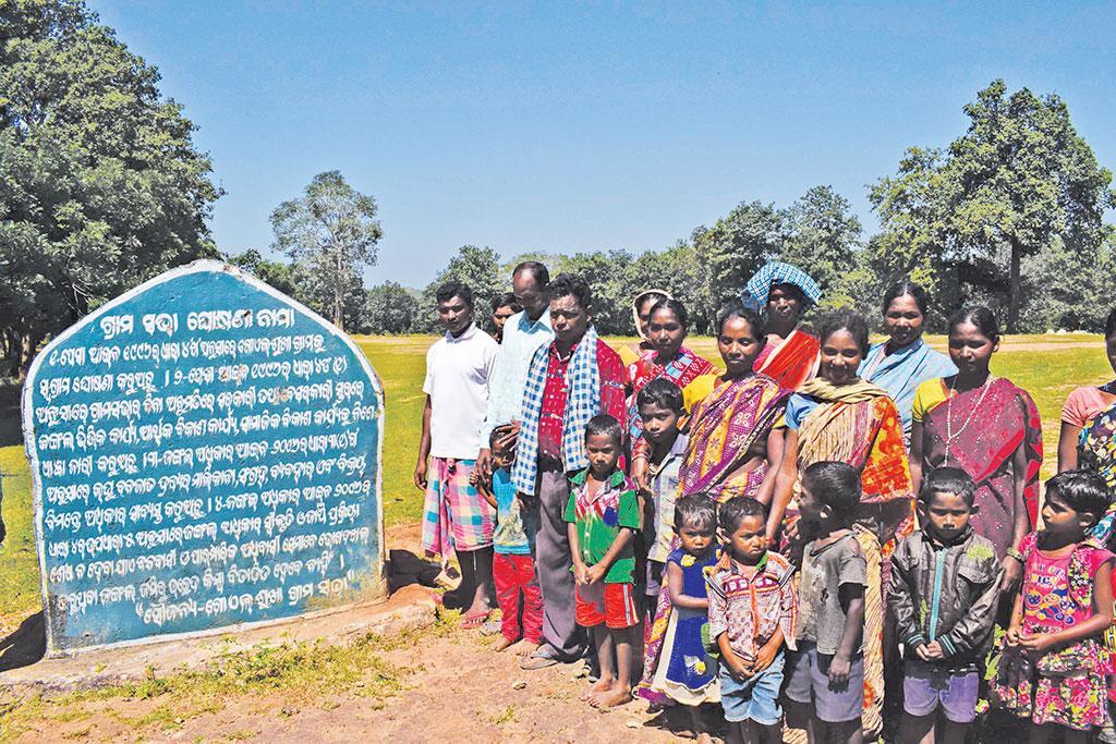 ओडिशा के गोयलसुखा गांव में ग्रामीण वनाधिकार अधिनियम के तहत वन उत्पाद, उसके संग्रहण और बिक्री का दावा ठोंक रहे हैं (प्रिय रंजन साहू)