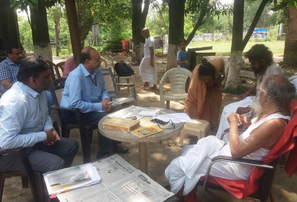 गंगा के लिए अनशनरत ब्रह्मचारी आत्मबोधानंद से मुलाकात करते नेशनल मिशन फॉर क्लीन गंगा (एनएमसीजी) के महानिदेशक राजीव रंजन मिश्रा । Photo : Varsha Singh