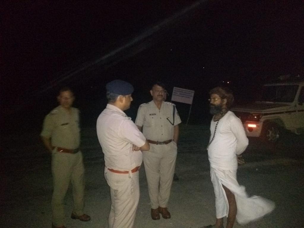 गुरुवार रात मातृ सदन के बाहर खड़ी पुलिस। Photo : Varsha Singh