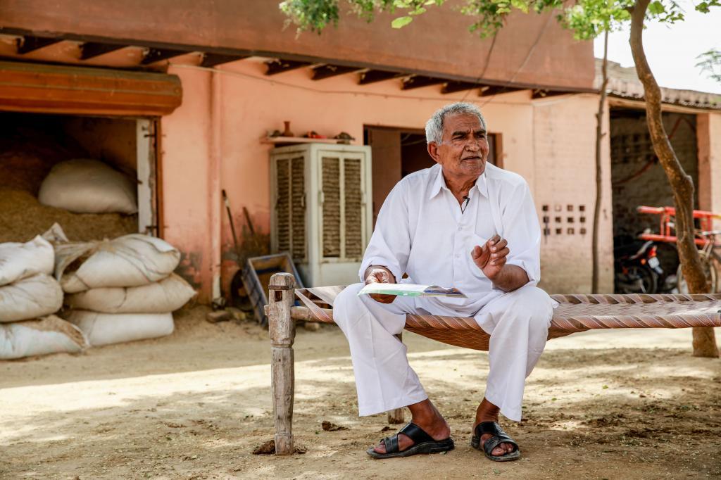 जौन्ती गांव के किसान साहब सिंह का कहना है कि बिजली के बिल किसानों को चूस रहे हैं। फोटो : मिदुन विजयन