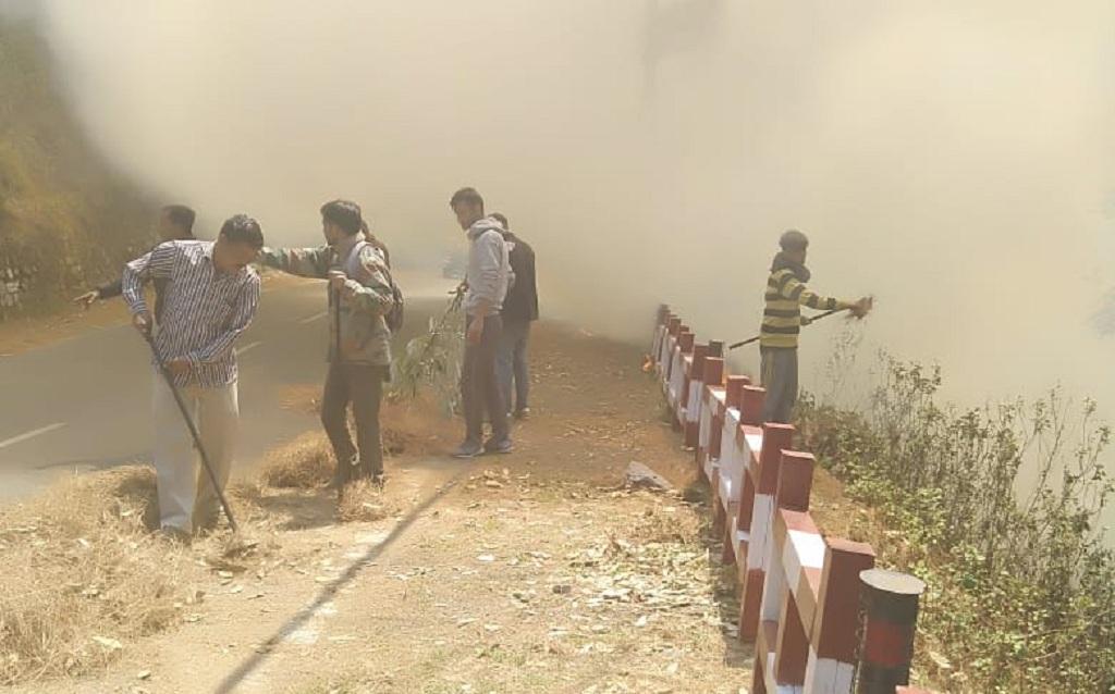 नैनीताल में जंगल में लगी आग बुझाते दमकल कर्मी : फोटो साभार - उत्तराखंड वन विभाग