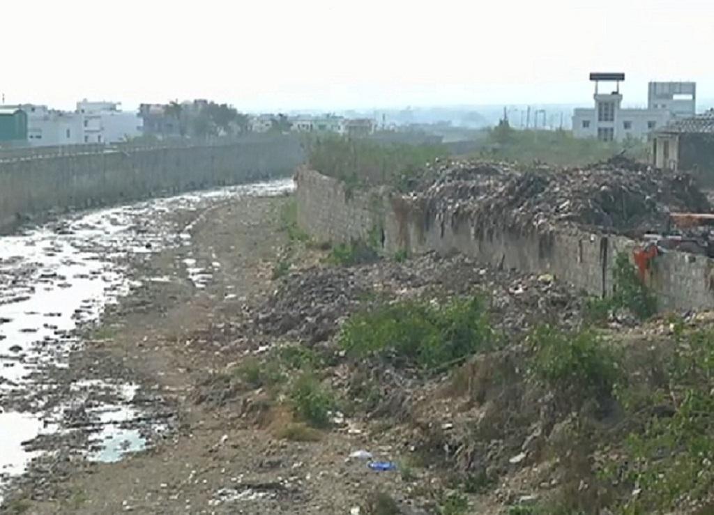 नाले में तब्दील हो चुकी है उत्तराखंड की रिस्पना नदी । Photo : Varsha Singh