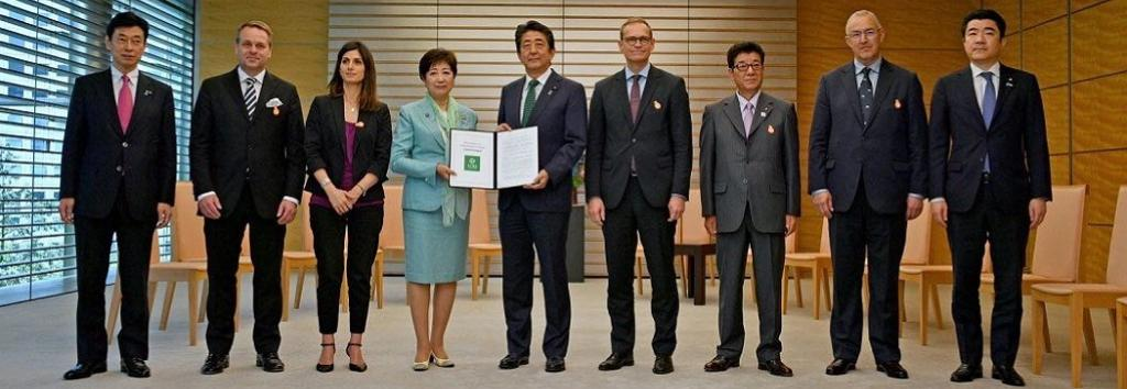Mayors from Urban20 cities presenting the 2019 Urban 20 Tokyo Mayors Summit Communiqué to Japanese Prime Minister Shinzo Abe ahead of G20 Summit. Photo: Twitter (@urban20_tokyo)