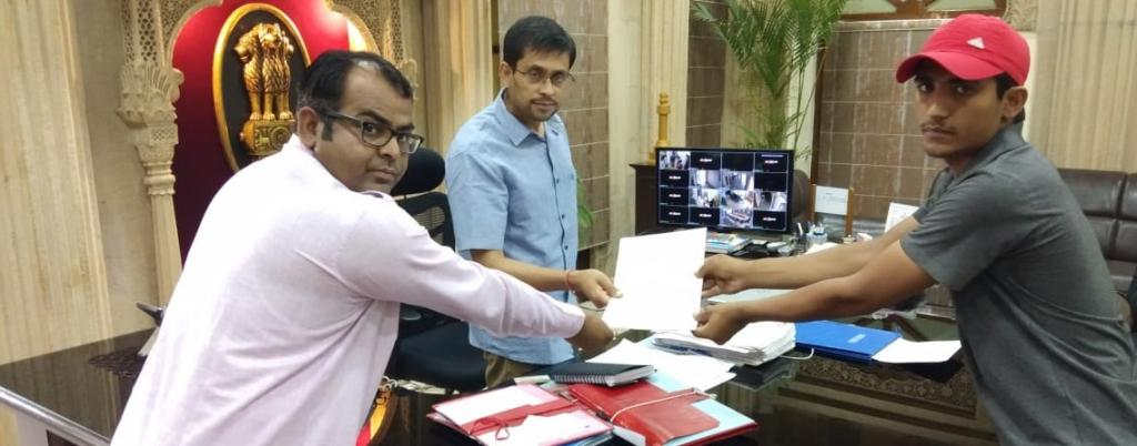 Two volunteers of the non-profit, Godawan Community Conservation Project, submit a letter expressing concern on the spraying of pesticide in Pokaran to the district magistrate of Jaisalmer. Photo: Sumit Dookia