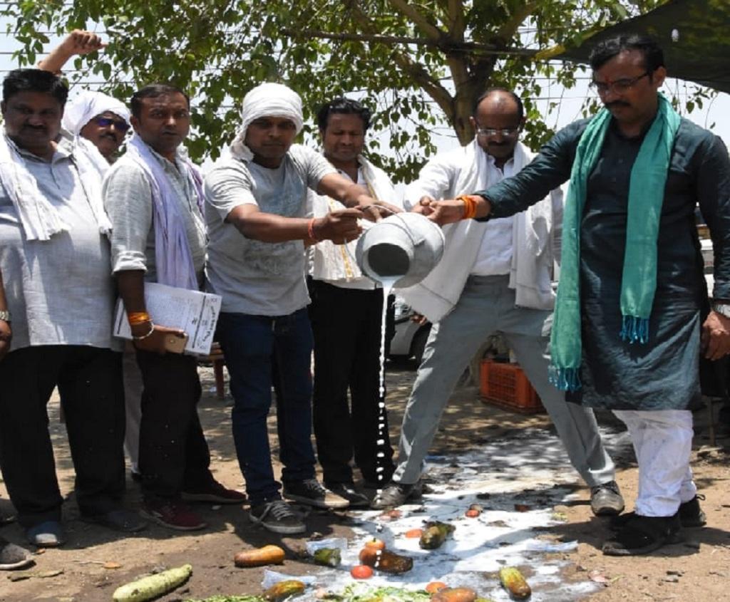अपनी मांगों के समर्थन में भोपाल में प्रदर्शन करते एक किसान संगठन के प्रतिनिधि। Photo: Manish Chandra Mishra