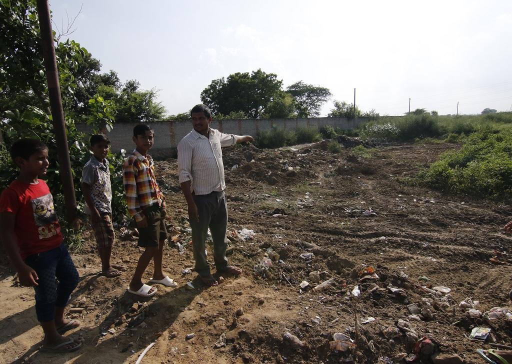 रानीखेड़ा गांव के लोग वह जगह दिखाते हुए, जहां गांव भर का कचरा इकट्ठा होता है और उसका वहीं निस्तारण कर दिया जाता है। Photo: Adithyan P C