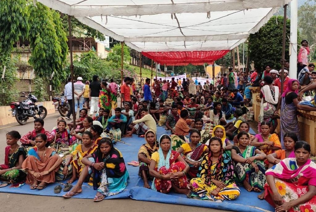 किरंदुल में एनएमडीसी दफ्तर के बाहर धरने पर बैठे आदिवासी। Photo: Mangal Kunjam