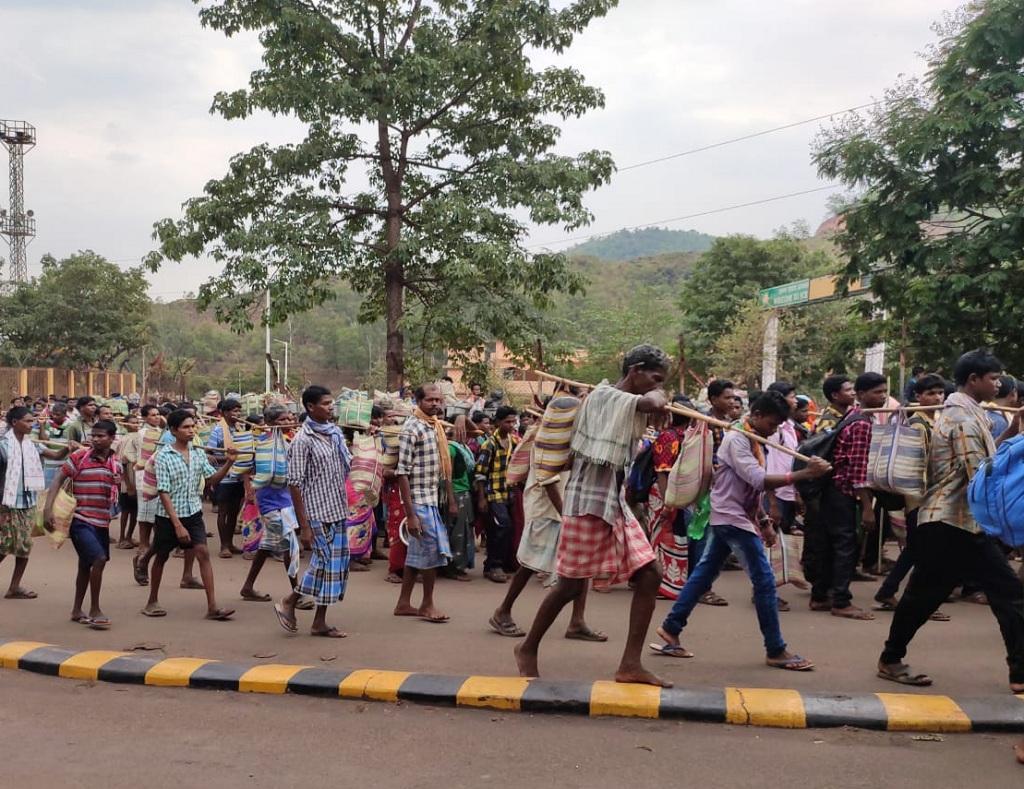 अदानी समूह को खदान देने के विरोध में पैदल मार्च करते आदिवासी। Photo: Mangal Kunjam