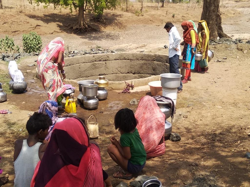 खंडवा जिले में कुएं का जीर्णोद्धार करते ग्रामीण। फोटो: मनीष चंद्र मिश्रा