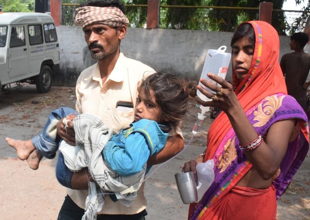 चमकी बुखार से पीड़ित बच्चे के साथ उसके माता-पिता। फोटो: पुष्यमित्र