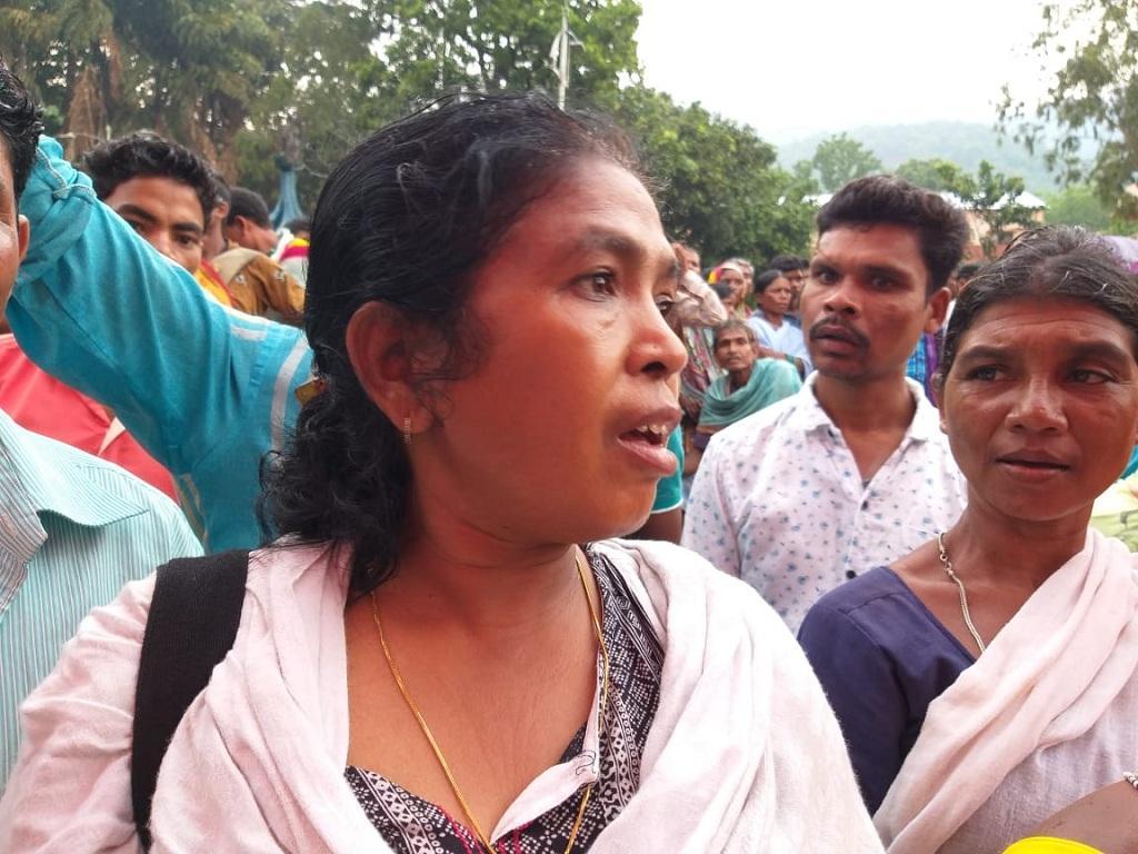 आदिवासी नेता सोनी सोरी ने धरने में पहुंचकर आंदोलनकारियों की मांगों का समर्थन किया। फोटो: पुरुषोत्तम सिंह ठाकुर