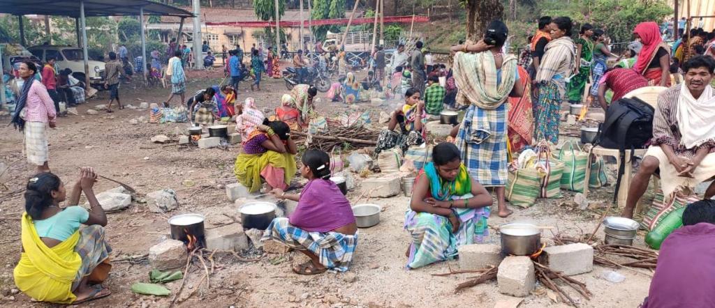 धरना स्थल पर खाना बनाती आदिवासी महिलाएं। फोटो: पुरुषोत्तम सिंह ठाकुर