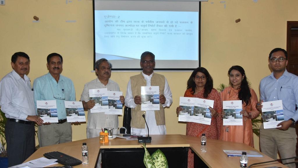 उत्तराखंड पलायन आयोग ने अल्मोड़ा जिले पर तैयार की गई रिपोर्ट मुख्यमंत्री त्रिवेंद्र सिंह रावत को सौंपी। फोटो: वर्षा सिंह