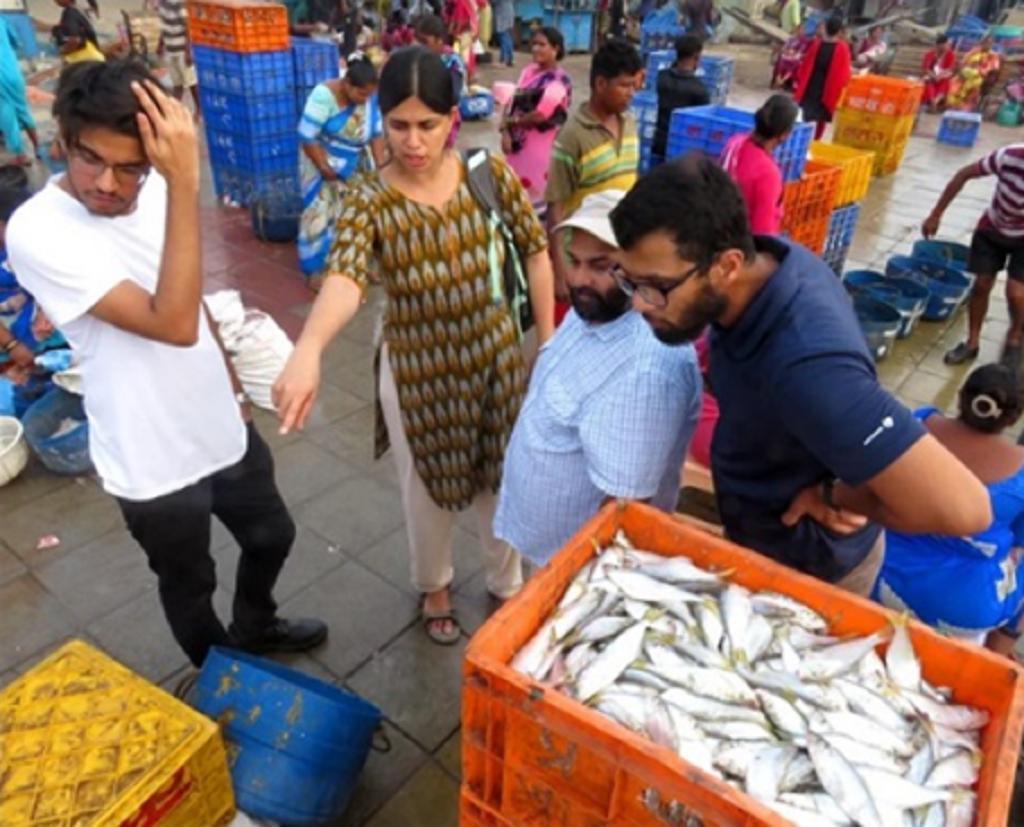 मछली बाजार में शोधार्थियों के साथ डॉ. दिव्या कर्नाड