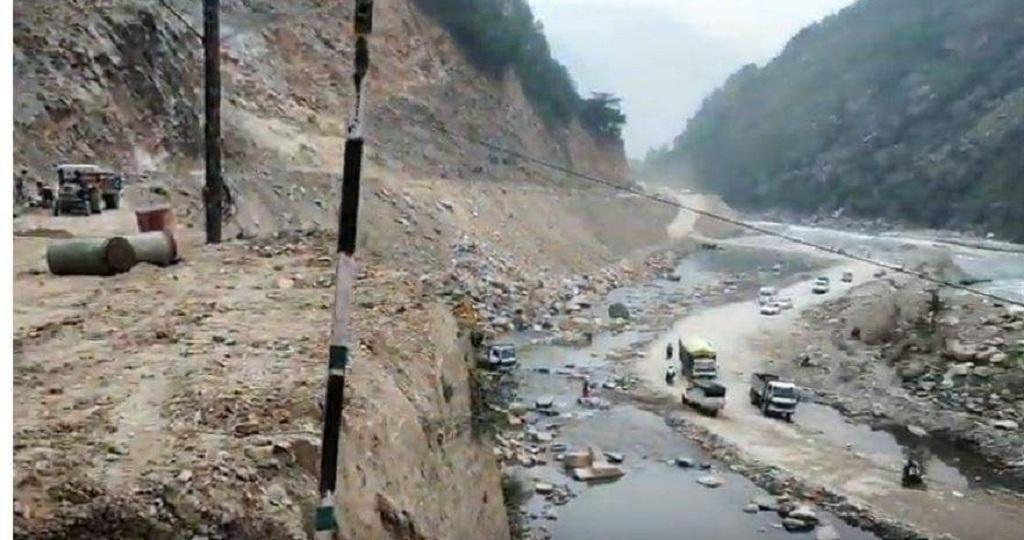 बांसवाड़ा के पास मंदाकिनी नदी में मलबा बिछा कर बनाई गई सड़क। फोटो: त्रिलोचन भट्ट