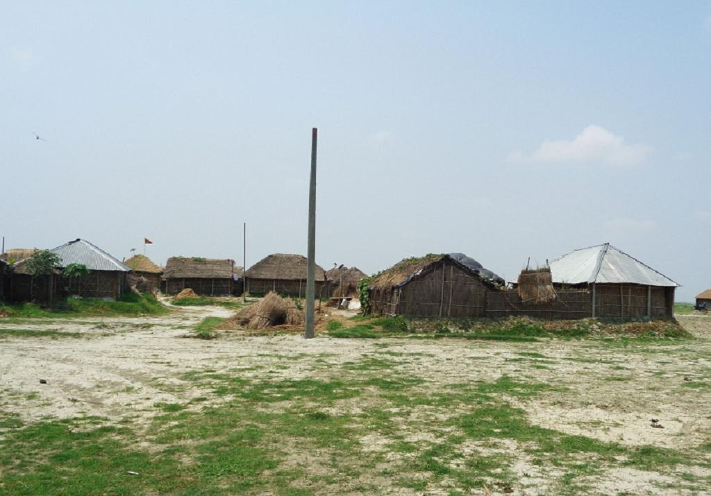 बिना किसी सुविधाओं के कोसी तटबंध में रह रहे हैं किसान। फोटो: उमेश कुमार राय