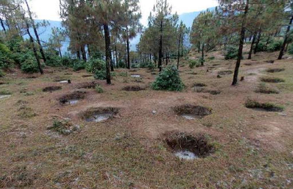 तीव्र पहाड़ी ढालों पर बनाई गई छोटे आकार की चाल, जहां बारिश का बहता पानी रोका जाता है। फोटो: त्रिलोचन भट्ट
